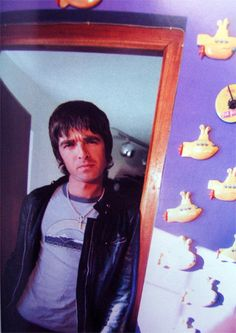 Liam Gallagher Oasis, Noel Gallagher, Oasis Band, Look Back In Anger, Britpop, Wonderwall, Playing Guitar, Cool Bands, Shopping