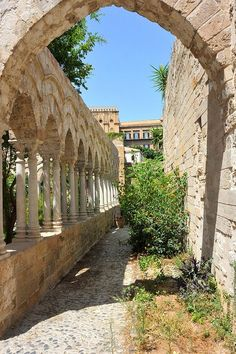 This virtual tour of Palermo will show why Palermo is Sicily's cultural and regional capital. So be sure to visit Palermo on your tour of Sicily.