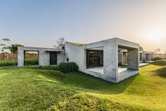 Outhouse von MISA Architects in Vansajada, Indien Zurich, Earth Sheltered Homes, Green Roof System, Green Terrace, Weekend House, Concrete Structure, Built Environment, Diy Pergola, Brutalist