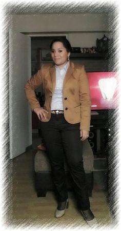 Saco camello, blusa celeste, pantalon marron LUAO y correa animal print.