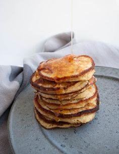Den bedste opskrift på lækre og sunde bananpandekager uden mel og sukker, men med havregryn. De mætter godt og er super gode til morgenmad. Pancakes And Waffles, Healthy Baking, Sweet Bread, Food Inspiration, Love Food, Tapas, Food And Drink, Paleo, Breakfast