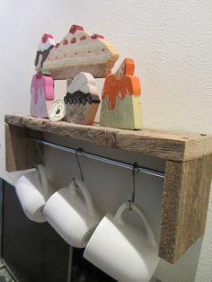 Mensolina portatazze - Scultura in legno di recupero con dolci