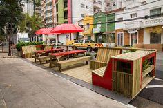 Os parklets são estruturas instaladas em vagas de estacionamento como uma extensão das calçadas, buscando aproveitar a cidade de uma maneira diferente.