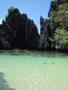 pristine beach, seriously wanna go for a swim!  http://www.toploadingforlife.com/palawan-day-2-nearly-drowned-but-im-so-over-that/