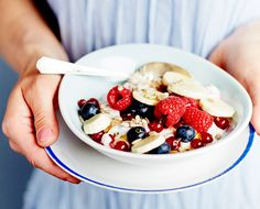 Tuorepuuroa, siemeniä ja marjoja Healthy Snacks, Healthy Recipes, Overnight Oats, Soup And Salad, Fruit Salad, Smoothies, Raspberry, Oatmeal, Brunch
