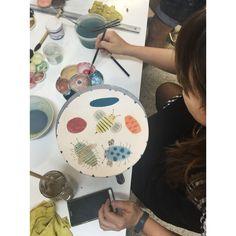 Irene B..Ayora  pintando su plato .