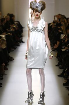 Chez Chanel, Karl Lagerfeld revisite une fois de plus le fameux tailleur en tweed avec la jupe culotte qui se pare de fils d'argent. Le volume des robes changent, les couleurs se font pastels, les robes apparaissent comme de véritables emballages de BONBONS.