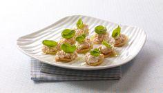 Server smakfull røykelaks i hjemmelaget rødløkskrem med friske urter på toast. #fisk #oppskrift