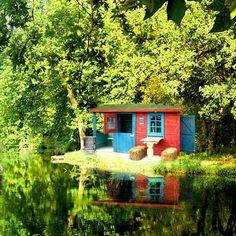 Tendance scandinave colorée, digne des légendes, pour cette cabane installée au bord du lac.