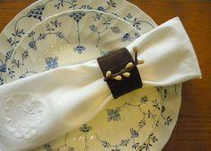 Para o primeiro jogo que eu usei um tecido adequando marrom para uma aparência personalizada. O segundo conjunto mais casual foi feita com um tecido de algodão bege. Anéis de guardanapo são fáceis …