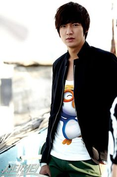 Lee Min Ho - the Pororo shirt makes this already awesome shot just that much more awesome ^^