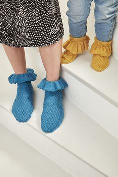 Ruffle socks made with Novita Venla #novitaknits #knitting #knits #woollensocks #villasukat #raggsockor www.novitaknits.com