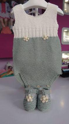 Y esta monería se va para Rafi Crochet For Boys, Knitting For Kids, Crochet Baby, Knitted Baby Clothes, Knitted Romper, Knitting Machine Patterns, Knit Patterns, Baby Kimono, Baby Dress