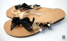 Δερμάτινα σανδάλια με αλυσίδα και μαύρη κορδέλα - διακοσμητικός δαντελένιος φιόγκος, γυάλινες χάντρες και χρυσό στοιχείο Flip Flop Sandals, Flip Flops, Decorated Shoes, Palm Beach Sandals, Miller Sandal, Handmade Leather, Bali, Tory Burch, Diy Ideas