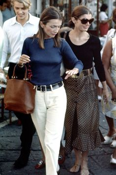 Lee Radziwill and Jackie Onassis (Photo by Ron Galella/WireImage) Summer Fashion Outfits, 70s Fashion, Timeless Fashion, Autumn Fashion, Fashion Dresses, Classic Fashion, Timeless Beauty, Fashion Styles, Street Fashion