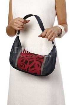 Pochette sotto-braccio, pezzo unico realizzato a mano. Materiali: denim con inserto tessuto d'arredamento.