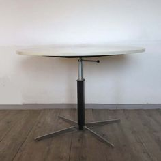 Design classic from Wilhelm Renz. Adjustable table. 1959 / Designklassiker von Wilhelm Renz. Höhenverstellbarer Tisch 1959. / Mesa ajustable de diseño de Wilhelm Renz. 1959