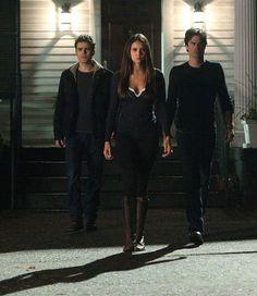 Elena Gilbert dans la saison 4 quand elle pert son humanité car elle a perdu son frère Jeremy Gilbert et elle brule sa maison et va habiter chez les Salvatore