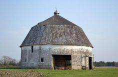 round vintage barn Rural Illinois (My relatives had one in Indiana) Very cool!