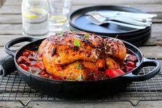Sett stekeovnen på 175 grader (over- og undervarme). Vask kyllingen under rennende vann og tørk den med litt kjøkkenpapir. Legg appelsinbåtene inni kyllingen, bind sammen bena med hyssing. Krydre med… Chorizo, Tandoori Chicken, A Food, Chili, Turkey, Cookies, Meat, Ethnic Recipes, Image
