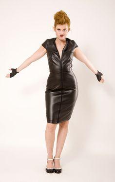 VESTIDO BRICK LANE Vestido sexy y cautivador. Realizado en polipiel. Forrado. Cremallera delantera. Escote impresionante en la espalda. Lazos de adorno. ¡No pasarás desapercibida! Largo aproximado de falda desde la cintura 60 cm Composición: Piel sintética 100%.