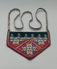 Pocket in shape of half a hexagon; lower part bright red wool, upper part dark green velveteen; embroidered with polychrome glass beads both round and bugle in star an … Silk Ribbon Embroidery, Crewel Embroidery, Norway Design, Scandinavian Folk Art, Antique Clothing, Vintage Purses, Little Bag, Museum Of Fine Arts, Embroidery Techniques