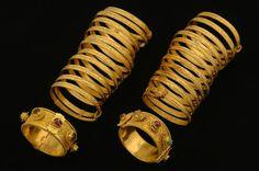 Pulseras y brazaletes de caracol de la dinastía Ming, , siglo XV, antes de 1441. Oro, rubíes, zafiros, esmeraldas y aventurina verde. Excavadas en la tumba del príncipe de Liang, en Zhongxiang (China), en 2011 (Museo Provincial de Hubei - Wutan, China)