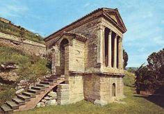 Tempietto longobardo sul Clitunno.  Patrimonio Mondiale dell'Umanità UNESCO