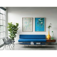 Sala de espera com lindos móveis e cores! O espaço é da Brand New School, em Los…