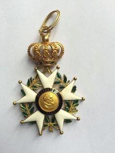 """Il s'agit en effet d'une croix de la Légion d'Honneur. Mais de quelle époque et s'agit-il d'une croix de chevalier ou d'officier ? Pour en savoir plus ou du moins pour découvrir les rudiments de cet ordre national, allez sur : <a href=""""http://decoration.medaille.free.fr/legdhonn11.htm"""" rel=""""nofollow"""" target=""""_blank"""">decoration.medail...</a>"""
