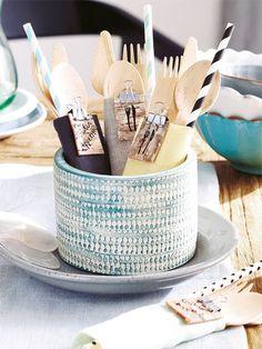 Zentral auf dem Frühstückstisch findet sich dieses detailverliebte Besteckbündel. Noch mehr DIY-Ideen für die Tischdeko finden Sie HIER ...