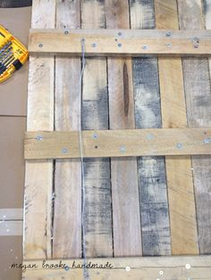 set design:: wood pallet wall art, how this individual hung her pallet art