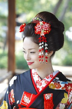 If you look only at this the hairstyle at the Japanese dress wedding is perfect Japanese Hairstyle Traditional, Traditional Fashion, Traditional Japanese, Japanese Costume, Japanese Kimono, Japanese Geisha, Kimono Tradicional, Geisha Hair, Wedding Kimono