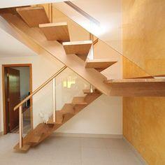 escadas de madeira residenciais com vidro e corrimão inox