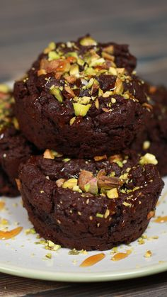 Whoever says veganism was dull has never met THIS recipe The post Vegan Pistachio Fudgy Brownies appeared first on Orchid Dessert. Vegan Treats, Vegan Foods, Diet Foods, Healthy Sweets, Healthy Baking, Healthy Snacks, Fudgy Brownie Recipe, Fudgy Brownies, Vegan Brownie