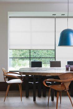 De rolgordijnen collectie van Onel Windowdressings is zeer breed. De grote keuze in doek soorten en afwerking opties maakt het een zeer veelzijdig toepasbaar product. Van transparant tot volledig verduisterend, kettingbediening of elektrisch, de keuze is aan u. Daarnaast hebben wij ook speciaal zonwerende doeken die het zonlicht en de warmte in huis kunnen reduceren. Meer info: www.onelwindowdressings.nl Tags: #rolgordijnen #rollerblinds #screens #raambekleding #onel #onelwindowdressings Black Window Frames, Wooden Window Frames, Wooden Windows, Pleated Curtains, Panel Curtains, Persiana Double Vision, Zebra Blinds, Modern Window Treatments, Honeycomb Shades