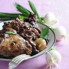 Découvrez la recette Coq au vin sur cuisineactuelle.fr.