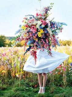 女性が持つ、抱えきれないほどのカラフルな花々!見てるだけでハッピーに♪