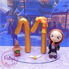 Topo de bolo da série Harry Potter, com idade (até dois dígitos), um personagem estilo Mini Cult e decorações. <br> <br>Produto sob encomenda. Valor unitário. <br>Material: biscuit; base acrílica transparente; pavio de vela mágica estrelada ou vela simples. Altura aproximada: 9cm + pavio. <br> <br>Antes de encomendar, não esqueça de conferir as políticas da loja (http://www.elo7.com.br/patysbiscuit/politicas ), e de entrar em contato para consultar disponibilidade na agenda!