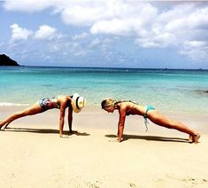 Before meeting Prince Harry, Meghan happily posted pictures of her holidays with her girlfriends and is seen here practising yoga with Heather Meghan Markle Yoga, Meghan Markle Style, Meghan Markle Instagram, The Tig, Girls Getaway, Plank Workout, How To Speak French, Stay In Shape, Harry And Meghan