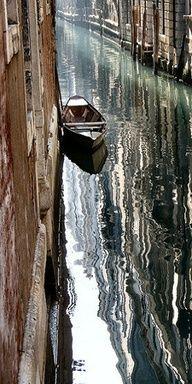 Venezia, città sull'acqua che con la sua bellezza incanta ogni visitatore. Scorci come questo li potete incontrare in ogni angolo della città. Basta passeggiare per le calli e salire sopra uno dei tanti ponti che si incontrano lungo il cammino.