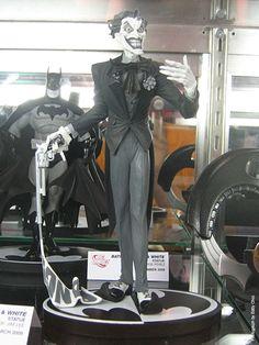 Lee, Jim - Joker Black & White Statue, in EddyChoi's Wizard World Chicago 2008 - Photos Comic Art Gallery Room - 402069