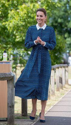 Kate dresses in NHS blue as she and William pay visit to Norfolk hospital Kate Middleton Stil, Estilo Kate Middleton, Kate Middleton Photos, Kate Middleton Dress, Estilo Real, Meghan Markle, Duke And Duchess, Duchess Of Cambridge, George Et Charlotte