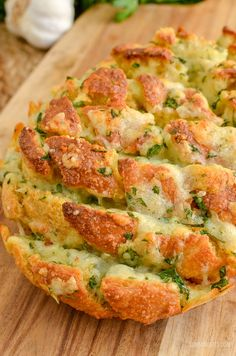 Everyone will go crazy for this Syn Free Pull-Apart Cheesy Garlic Bread – a perfect sharing side or party appetizer. This week I had serious cravings for Garlic Bread. Gluten Free, Vegetarian, Slimming World and Weight Watchers friendly. Slimming World Dinners, Slimming World Recipes Syn Free, Slimming World Diet, Slimming Eats, Slimming Workd, Slimming World Garlic Bread, Clean Eating Snacks, Healthy Eating, Syn Free Food