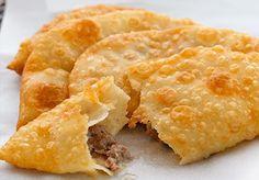 Eskişehir denilince ilk akla gelenlerden olan Çiğ Böreği, sayfamızdaki tarifi izleyerek artık evinizde yapabilirsiniz. Kırım Tatar Mutfağının bu güzel böreği, damak tadımıza uygunluğu ile ül…