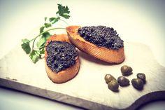 Przepis na Tapenadę z czarnych oliwek z dodatkiem kaparów. Idealna pasta do kanapek i przekąsek. Tapenada - pasta z oliwek.