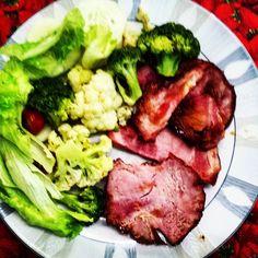 Porque eu aproveitei muito a Ceia de Natal e vou aproveitar muito a de Ano Novo também!  Ao mesmo tempo não sou obrigado a comer fora da dieta todo o período de dezembro e janeiro só por causa disso - o que me faria ficar Correndo atrás do prejuízo o resto do ano!  Então hoje tem: Tender brócolis couve-flor e salada. E tender é super natal! hahaha  Boas festas a todos!  #semculpa #paleo #atkins #keto #primal #lchf #lowcarb #slowcarb #vidasaudavel #barrigadetrigo #semgluten #glutenfree…