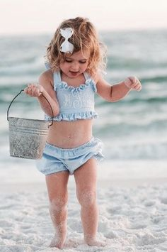 What's sweeter that watching little ones investigate the beach? Baby Kind, Baby Love, Fashion Kids, Cute Kids, Cute Babies, Beach Babies, Girl Beach, Beach Kids, Beach Fun