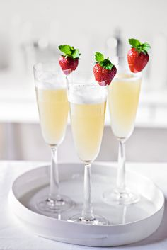 Elderflower Bellini Cocktail recipe, using cloudy apple juice & topped with a fresh strawberry for a refreshing treat. Bellini Cocktail, Cocktail Drinks, Cocktail Recipes, Cocktail List, Cocktail Ideas, Margarita Recipes, Summer Cocktails, Cocktails, Drink