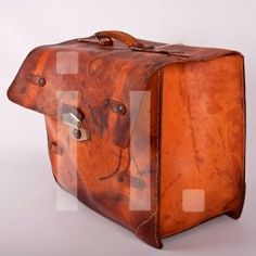 MALETA CUERO ANTIGUA Referencia: bol-005 Maleta cuero antigua. Ideal para decoración o para usarla como revistero al lado de un sillón de lectura. ANTIGUO Medidas:  Alto: 34 cm Ancho: 43 cm Profundo: 18 cm Precio: 95€ ($122 aprox)